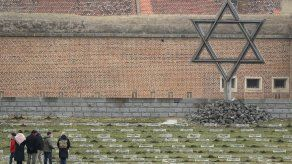 Sobrevivientes de Auschwitz participan en Día del Holocausto