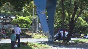 Cierran la vía y realizan desvíos tras choque de camión contra puente peatonal del Complejo Hospitalario