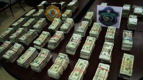 Decomisan medio millón de dólares dentro de maletas en la 5 de Mayo