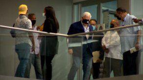 El expresidente Ricardo Martinelli captado por los medios de comunicación saliendo de la oficina del presidente de la Asamblea Nacional, Crispiano Adames.
