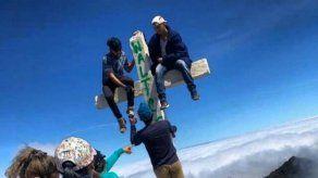 Buscan a jóvenes que vandalizaron cruz en la cima del Volcán Barú