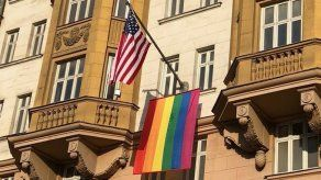 Putin se burla de la bandera LGBT colgada en embajada de EEUU