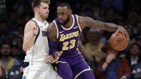 Lakers ganan a Mavericks 114-113 con tiro libre de James