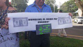 Funcionarios de aduana protestan por sus bonos navideños