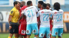 Luis Tejada vio la roja y encaró al árbitro