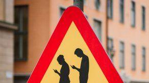 Semáforos en el suelo en ciudades alemanas para alertar a usuarios de teléfonos celulares