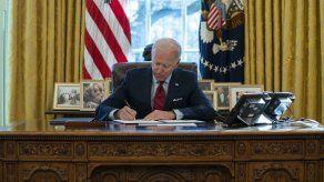 Republicanos piden a Biden negociar plan de alivio por COVID