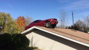 Anciana escucha estruendo y ve auto en el techo de su casa en EEUU