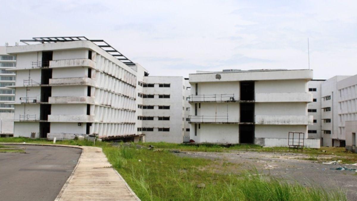El proyecto Ciudad de la Salud consiste en un conjunto de edificios diseñados originalmente para albergar 45 quirófanos, 1,250 camas y consultorios para diversas especialidades médicas.