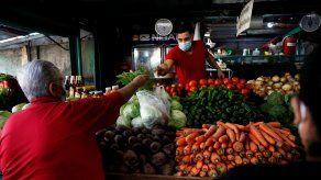 Cliente compra legumbres en Panamá.