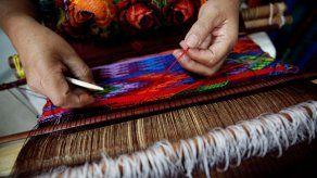 Las manos de la artesana que resguarda la tradición de tejer huipiles de vida