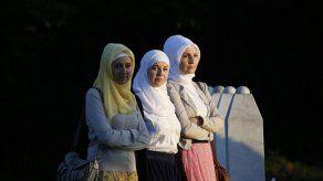 Ataque espontáneo a premier serbio en acto por Srebrenica