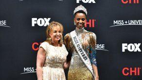 Paula Shugart, Presidenta de Miss Universo, junto a Zozibini Tunzi, Miss Universo 2019.