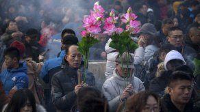 Asia recibe el Año Nuevo Lunar con banquetes y ceremonias