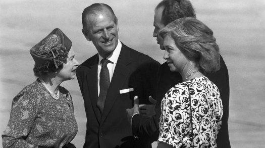 Fotografía de archivo (Palma de Mallorca, 24/10/1998) del príncipe Felipe (2i), junto a la reina Isabel II y los reyes de España Juan Carlos y Sofía en el aeropuerto de Son San Juan, al término de una visita de Estado en España.