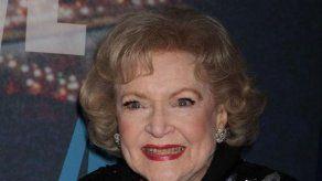 Betty White desea una llamada de Robert Redford en su 97 cumpleaños