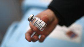 Un responsable de vacunas de la EMA aseguró que hay un vínculo entre la vacuna contra covid-19 de AstraZeneca y los casos raros de trombos, pero la agencia aún no ha confirmado oficialmente.