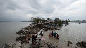 Ciclón deja al menos 95 muertos en Bangladés e India