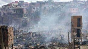 Incendio devora un barrio pobre de Manaos