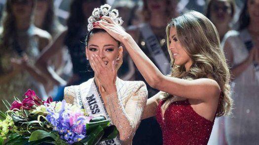 La francesa Iris Mittenaere (ganadora del Miss Universo en enero de 2017), coronó a su sucesora Demi-Leigh Nel-Peters, de Sudáfrica en noviembre del mismo año.