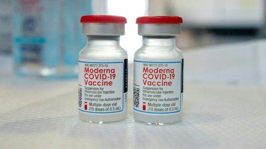Moderna explicó que se modificó la segunda fase del estudio clínico para incluir la tercera dosis administrada aproximadamente 6 meses después de la segunda.