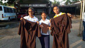 Molestia por togas y birretes de graduación en mal estado en el Moscote