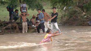 Hondureños desafían río para ingresar a El Salvador y alcanzar caravana a EEUU