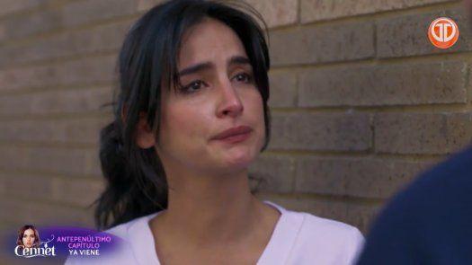 ENFERMERAS | Carlos le confiesa a María Clara sobre el embarazo de Helena