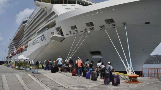 Turistas británicos, estadounidenses y canadienses eran evacuados en el buque Celebrity Reflection de la línea Royal Caribbean en el puerto de Kingstown, la capital de San Vicente y Granadinas.
