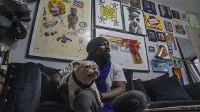 Pandemia: Pintor solidario compra obras de otros artistas