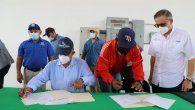 Firma del acuerdo entre productores de cebollas de Natá y el ministro Augusto Valderrama.