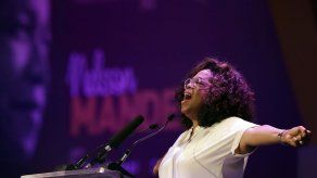 Oprah rinde homenaje a Mandela en Sudáfrica