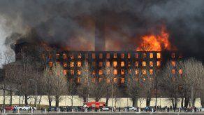 El fuego continuaba este martes en un área de 500 m2, informó el ministerio de Emergencias.