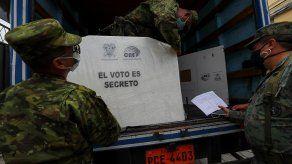 Personal militar descarga material electoral, de cara a las elecciones presidenciales de Ecuador.