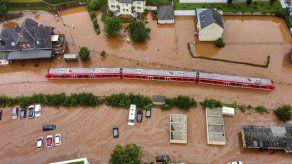 Miles de personas siguen sin hogar luego de que sus casas quedaron destrozadas o fueron consideradas de alto riesgo por las autoridades debido a las inundaciones.