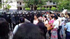 Empujones entre padres de familia del Fermín Naudeau y antimotines en protesta por falta de luz