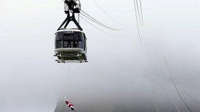 Un intrépido Papá Noel se lanza de rapel por el cerro de Pan de Azúcar en Río