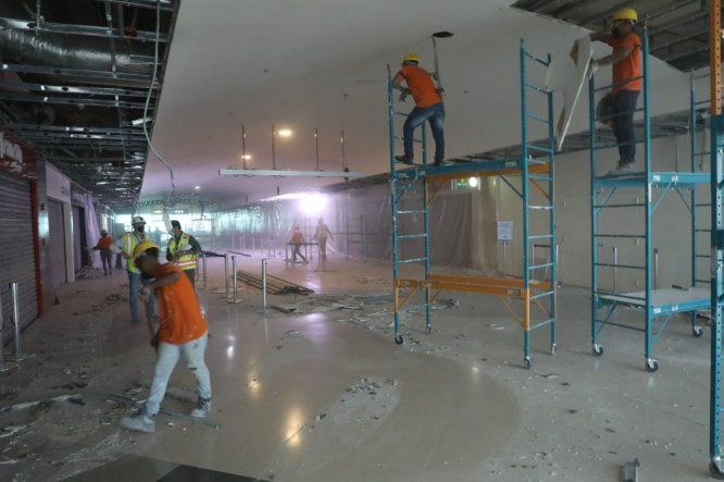 Un trabajador de seguridad privada resultó herido tras desprenderse una sección del cielo raso en un pasillo frente a la sala 114 del muelle norte de la Terminal 1 del Aeropuerto de Tocumen.