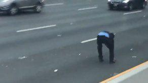 Falla en camión provoca lluvia de billetes en autopista EEUU