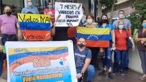 Venezolanos varados en Panamá protestan frente a la Embajada de su país para solicitar vuelo humanitario