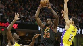 LeBron llega a 59 triples dobles en triunfo ante Lakers