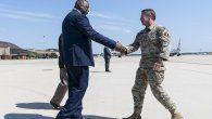 El secretario de Defensa, Lloyd Austin saluda al general del ejército estadounidense Scott Miller, ex comandante de alto rango de los Estados Unidos en Afganistán.