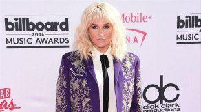 Kesha ofrece un beso como recompensa por su chaqueta perdida