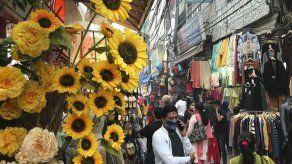 Casos de COVID-19 repuntan en Nueva Delhi antes de festival