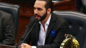 Presidente salvadoreño acusa a antecesor de nepotismo y destituye familiares