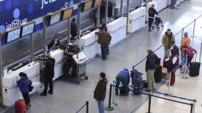 Hombre desnudo agrede a anciano en aeropuerto