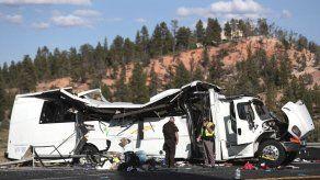 Cuatro muertos al estrellarse bus de turistas chinos en Utah