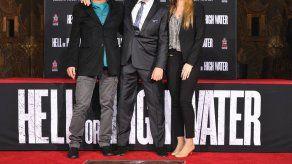 Jeff Bridges inmortaliza sus huellas en el Teatro Chino de Hollywood
