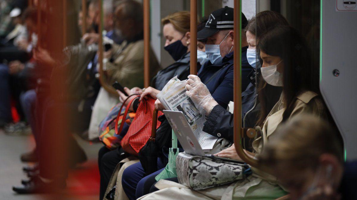 Las autoridades de Moscú dijeron que se reforzará el uso de mascarillas y guantes en transporte público, tiendas y otros lugares públicos y que los infractores podrían enfrentar multas de hasta 5.000 rublos (70 dólares).