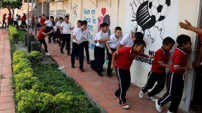 Niños estudian en medio de las balas de una guerra que persiste en Colombia